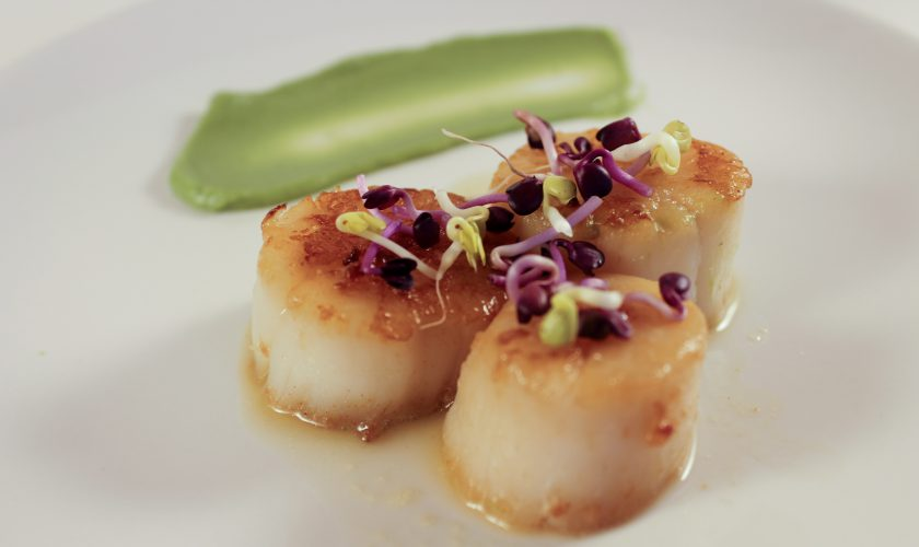Seared Garlic and Butter Scallops | www.notafoodexper.com